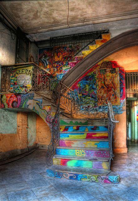 Una escalera típicamente colorida. La Habana, Cuba.                                                                                                                                                                                 Más