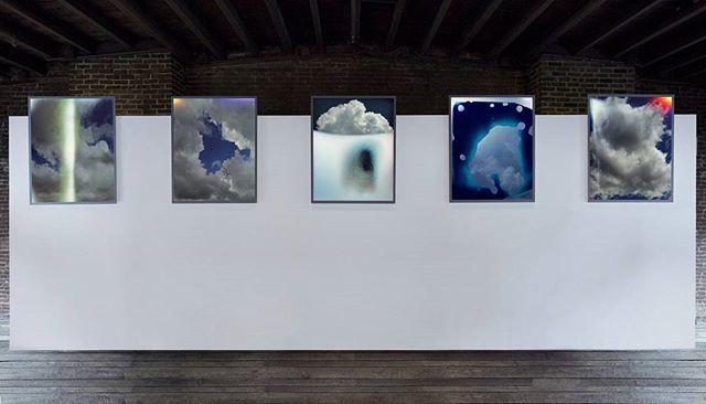 'The Big Apple' kembali menjadi hot spot bagi para pecinta seni global! Fort Gansevoort Art Gallery di Manhattan kembali menggelar pameran seni instalasi bertajuk 'Sky Leaks' karya seniman asal Kanada Scott McFarland. Pameran ini digelar hingga 11 Maret 2017 mendatang. Ragam gambar langit di atas shattered glass yang memanfaatkan defect dalam proses pengambilan gambar sukses menghasilkan efek leaks yang distingtif. Vivid show! Features & Lifestyle Assistant @__lanina) #ELLEUpdates…