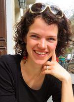 Usha Ziegelmayer studierte Afrikanistik und Deutsch als Fremdsprache an der Universität Leipzig. Seit 2008 ist sie bei AfricAvenir in Berlin aktiv und von 2010-2014 Vorstandsmitglied. Usha leitete 2012 und 2014 die AfricAvenir Bildungs- und Begegnungsreise zur DAK`ART. Aktuell promoviert sie an der FU Berlin zu Migration und Umweltwandel.