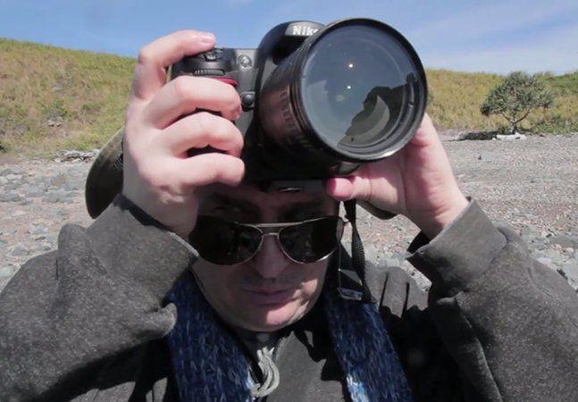 O fotógrafo Brenden Borrellini nasceu surdo e com visão limitada, que acabou evoluindo para a cegueira completa. A dificuldade não o impediu de desenvolver seu maior dom: a fotografia, provando que definitivamente o olhar vem de dentro, da alma. Após os estudos na Unidade de Educação Especial na Escola Estadual Cavendish Road, em Brisbane, Austrália, ele se tornou o primeiro aluno cego, e surdo, a terminar o ensino médio e ingressar na universidade. O ano de 1989 marcou o reconhecimento…