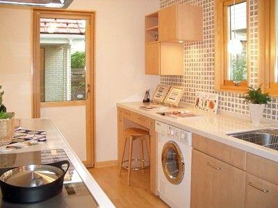様々な機器がビルトインされた機能的なシステムキッチン。暖かな木目調のキッチン扉は実はメラミン製でメンテナンスも簡単(スウェーデンハウス)