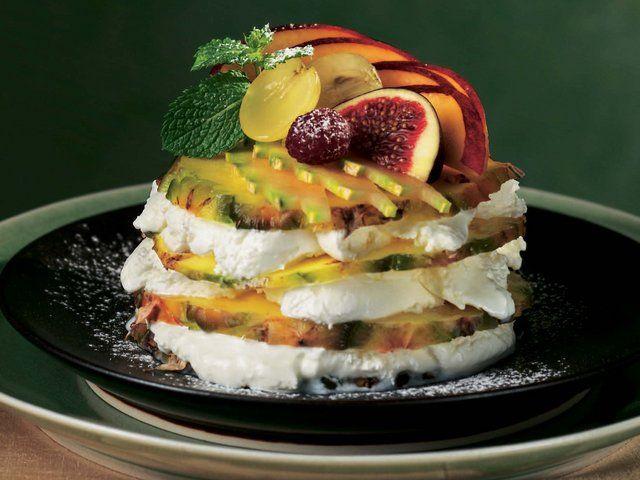 Ananas Dilimleri ve Vanilyalı Dondurma  Ananasın kabuğunu ayıkladıktan sonra 24 adet ince dilim kesin. 1 porsiyon iin 4 dilim ananasın her bir katına 1 orba kaşığı dolusu dondurma srn. 6 porsiyon hazırlayıp buzlukta 2 saat dinlendirin. Servis yapmadan birka dakika nce buzluktan ıkartıp isteğe gre taze meyve dilimleri, nane yaprağı ve pudraşekeriyle ssleyin.