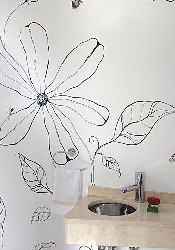 El clima se vuelve más romántico en el toilette, en cuyas paredes la naturaleza cobra vida a partir de flores, hojas y pájaros, todos pintados por una artista plástica. La mesada de mármol se angosta para permitir un mejor uso del espacio.