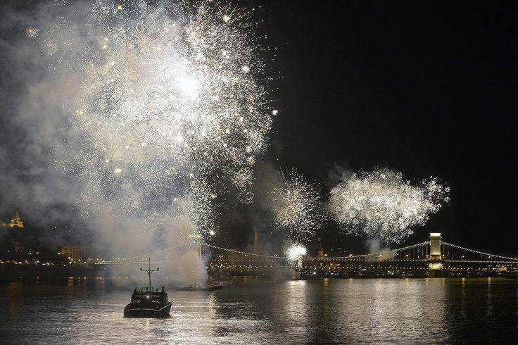 Budapest, 2015. augusztus 20. Ünnepi tűzijáték a Duna felett Budapesten 2015. augusztus 20-án. MTI Fotó: Máthé Zoltán