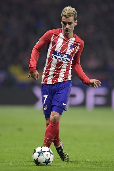 Antoine Griezmann Photos - Atletico Madrid's French forward Antoine Griezmann controls the ball during the UEFA Champions League group C football match between Atletico Madrid and AS Roma at the Wanda Metropolitan Stadium in Madrid on November 22, 2017. / AFP PHOTO / JAVIER SORIANO - Atletico Madrid v AS Roma - UEFA Champions League