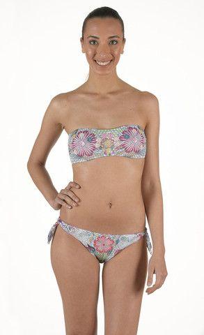 Bikini in morbido tessuto. Fascia con applicazioni imbottitura estraibile e slip laccetti regolabile con perline | Eleonora Lingerie