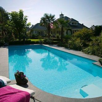 Dit zwembad ligt in de tuin van een enorme villa met een tropisch thema - Zwembadplein #swimmingpool #garden #luxe #tropical