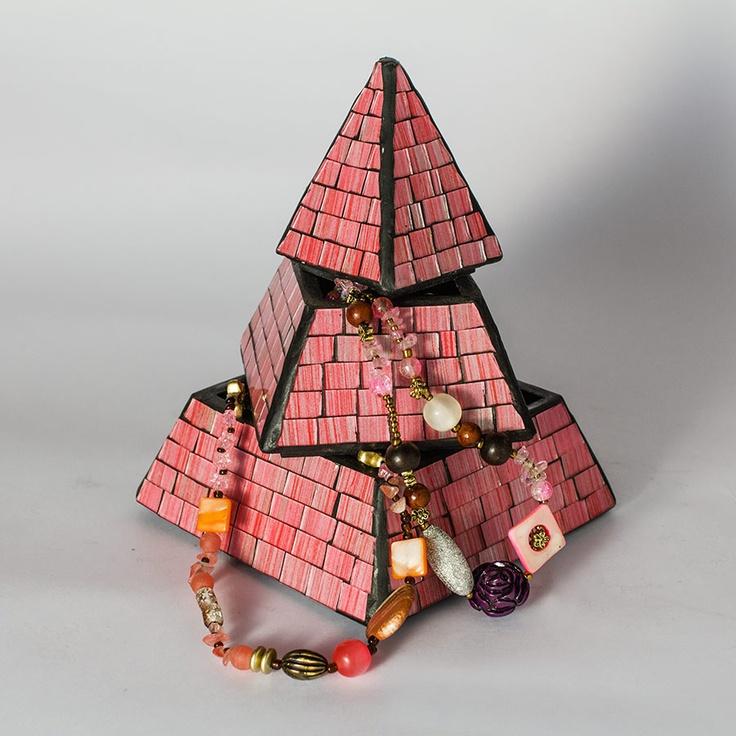 Piramide portagioielli in vetromosaico, realizzata a mano     base 15 cm - altezza 19 cm  base 20 cm - altezza 25 cm  base 23 cm - altezza 30,5 cm