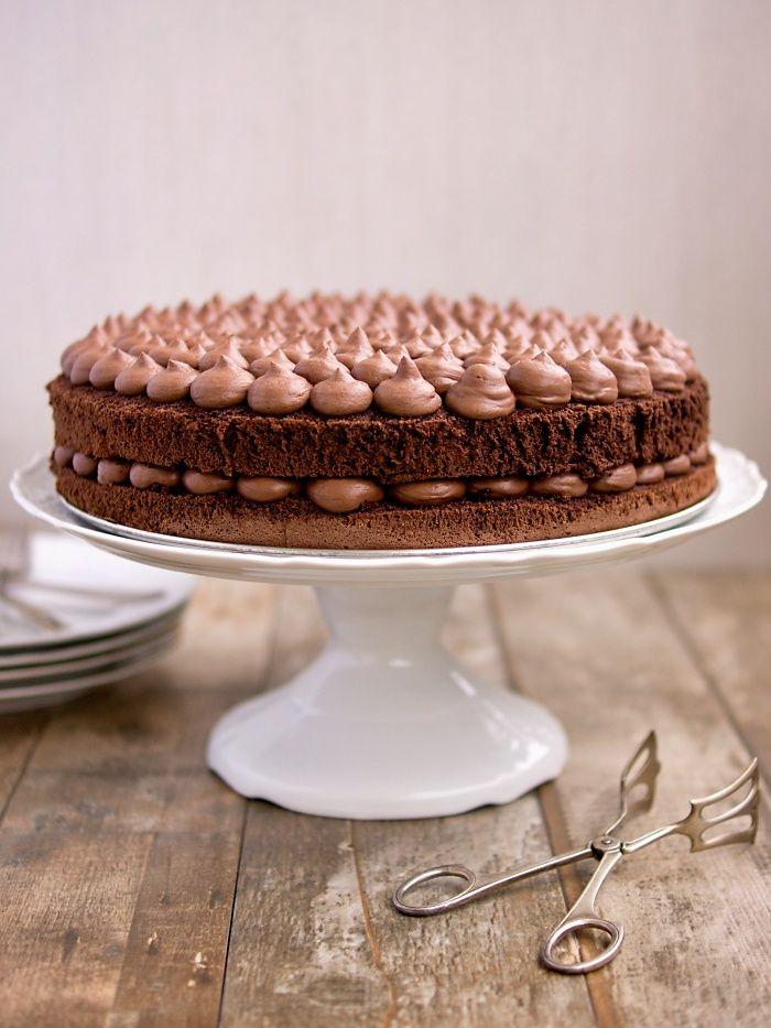 V půlce září se vdává má kamarádka a požádala mě, abych jí na hostinu pro 30 lidí upekla dva menší dorty. Jeden chce čokoládový, druhý světl...