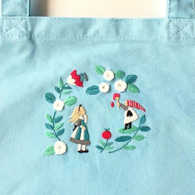 21日発売の新刊「ワードローブを彩るannasの刺しゅう教室」高橋書店 の本に載っている図案。 今回唯一の物語図案は、不思議の国のアリスです。 服にアリスはなかなか難しいですがバックとか小物なら大丈夫ですね。 ・ サイン本予約受け付け中 http://atelierlapin.handcrafted.jp/ ・ ・ #刺繍 #手刺繍 #アリス #不思議の国のアリス #aliceinwonderland #embroidered #needlework #手芸 #ステッチ #stitching #刺しゅう #暮らしを楽しむ #ハンドメイド #자수 #вышивка #broderie #ししゅう #手作り #手芸 #ハンドメイド  #刺繡 #ほっこり #刺繍部 #bordado #ステッチ #embroideryart #handembroidery