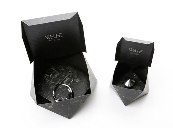 Дизайнер изМельбурна Aveline Gunawan разработала особую конструкцию иоформление дляупаковки изкартона ювелирных изделий бренда Welfe. Текстура упаковки была вдохновлена материалами которые используются дляизготовления ювелирных изделий. Форма коробок напоминает форму граненых драгоценных камней. Поскольку бренд Welfe является представителем малого бизнеса, поэтому упаковка сделана простой всборке иэкономичной.  http://am.antech.ru/zkNr
