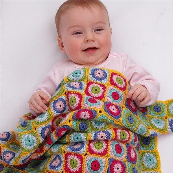 Hæklet babytæppe med cikler og firkanter – SelvStrik