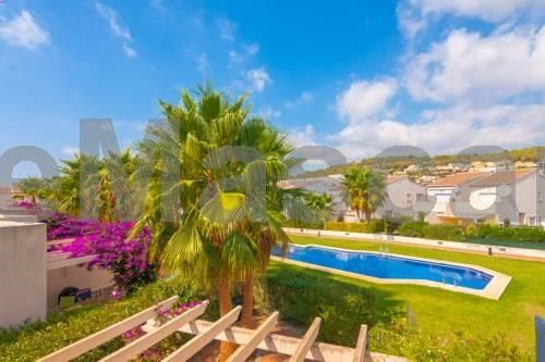 Casa de Vacaciones Haydock Calpe Located 3.9 km from Peñón de Ifach Natural Park in Calpe, this air-conditioned holiday home features a terrace and a garden with a year-round outdoor pool and a barbecue. The property features views of the pool and is 15 km from Daytona Rock Bar.