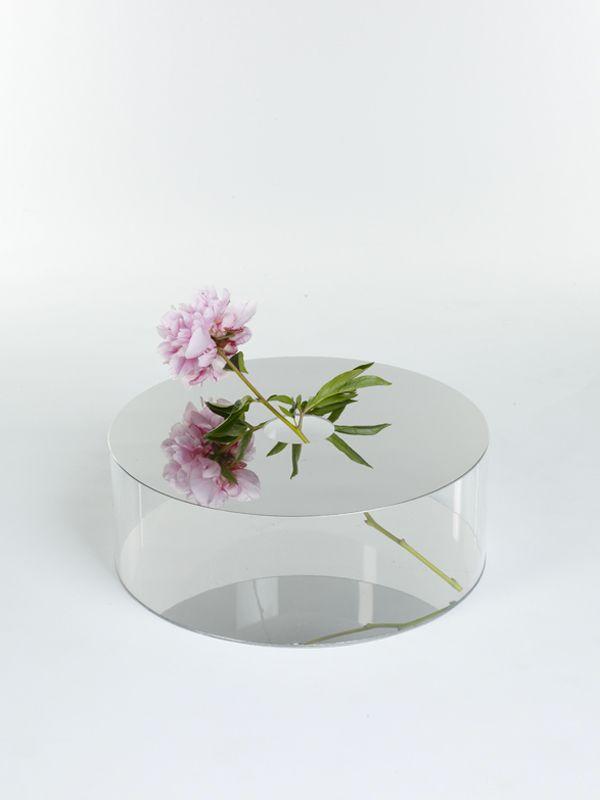 Giorgia Zanellato, designer italienne basée en Suisse nous présente une collection de Vases originaux nommée Narciso, où la fleur devient le centre d'un tableau.