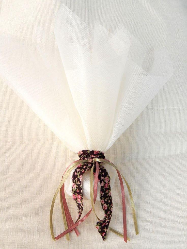 Μπομπονιέρα γάμου με τούλι και κορδέλα υφάσματος φλοράλ με σατέν κορδελάκια