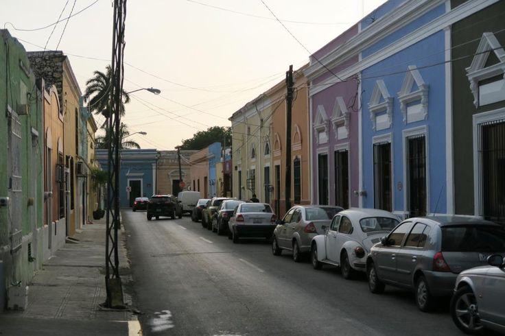 Vi er fløjet tilbage til Yucatan-halvøen for at fortsætte ferien der, og den gamle, farverige koloniby Mérida har straks taget os med storm. Det er den største by på Yucatan med omkring en million indbyggere, men da byen blev anlagt af spanierne i 1542, var det en forladt mayaby med fem pyramider. Stenene fra pyramiderne blev brugt til at bygge …