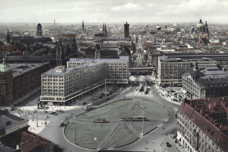 Alexanderplatz in Berlin um 1932: rechts das Kaufhaus Tietz, links das Polizeipräsidium.