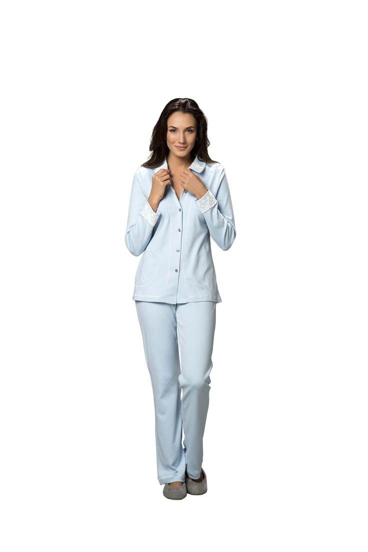 Pijama aberto Catarina: R$ 249 - Pijama blusa abotoada com bolso, lindo detalhe em renda na gola e no punho. Calça longa lisa. Tecido Suedine 100% algodão