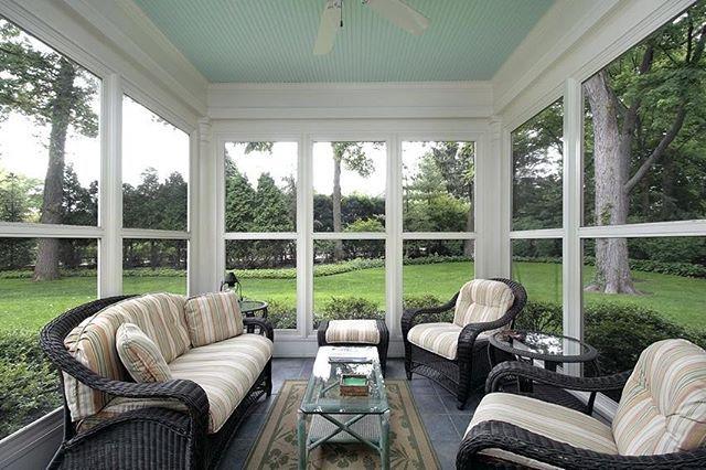 استخدام الزجاج في المجلس أو الملحق الخارجي يساعد على دمج الفراغ الداخلي مع المحيط الخارجي ويضيف جمالية للمكان ع Sunroom Furniture Sunroom Designs Patio Room
