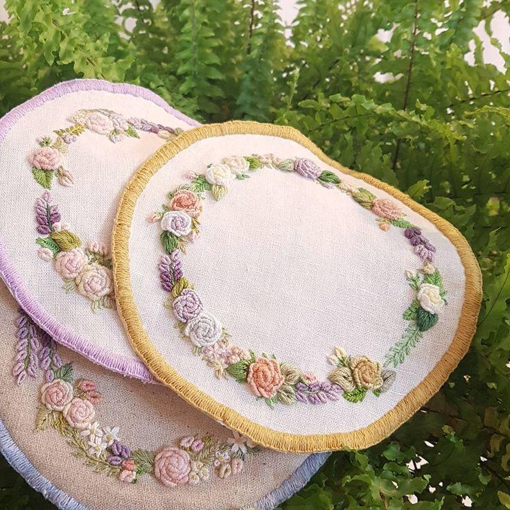 "207 Likes, 5 Comments - 프랑스자수.수놓는 여자.한땀 한땀 설렘과 평온함. (@embroidery_flower) on Instagram: ""프랑스자수 도일리..이러다 테두리 빨.주.노.초..무지개로 다할듯#프랑스자수 #꽃자수 #프랑스자수소품 #자수소품 #창작자수 #불펌은앙대요 #embroidery…"""