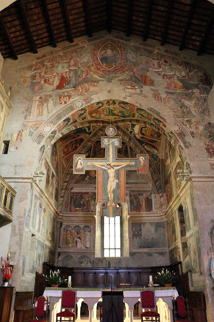 Gubbio - Chiesa di Sant'Agostino - Cappella maggiore: Crocifisso ligneo attribuito a Ventura Merlini (1480-1500 circa) e Ciclo di affreschi con le Storie di sant'Agostino e Giudizio universale di Ottaviano Nelli