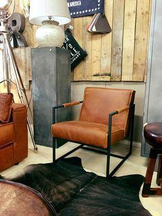 Bekijk de compacte en stoere lederen fauteuil Ken van Meubelindustrie het Anker in Shetterhand leer cognac met zwart stalen frame. In prachtige kleuren.