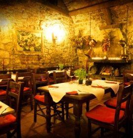Restauracja Piwnica Pod Kominkiem mieści się w pobliżu Rynku Głównego. Lokal specjalizuje się w organizacji imprez okolicznościowych, wesel, bankietów.
