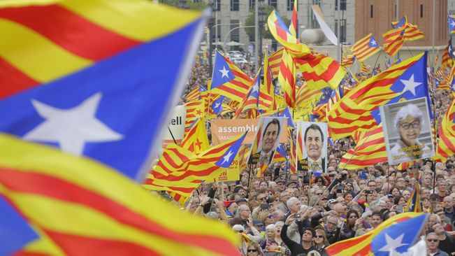 "Crowds rally against legal action on Catalan independence leaders: ""We won't allow attacks on our representatives"" http://www.collectiuemma.cat/article/2519/crowds-rally-against-legal-action-on-catalan-independence-leaders-we-wont-allow-attacks-oncrowds-rally-against-legal-action-on-catalan-independence-leaders-we-wont-allow-attacks-on"