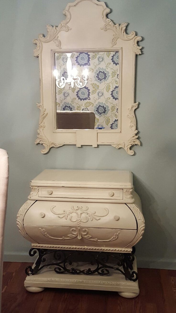This mirror and bombay chest my husband and I picked up from Antique and flea market shopping turned out beautiful thanks to ASCP old white, clear wax and a tiny bit of dark wax and distressing.