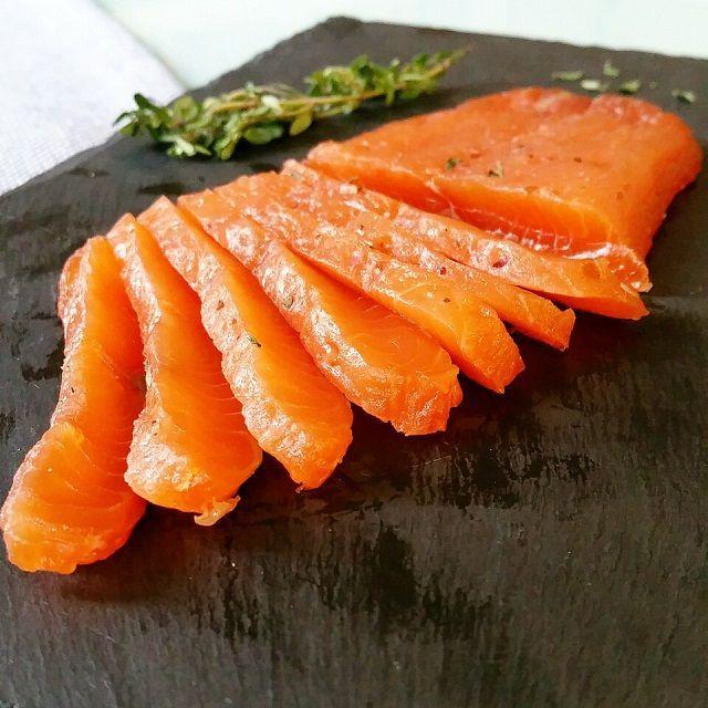 Legravlax de saumon est un saumon frais mariné dans un tant pour tant sel et sucre assorti d'épices et aromates. Il n'y a pas plus simple comme préparation