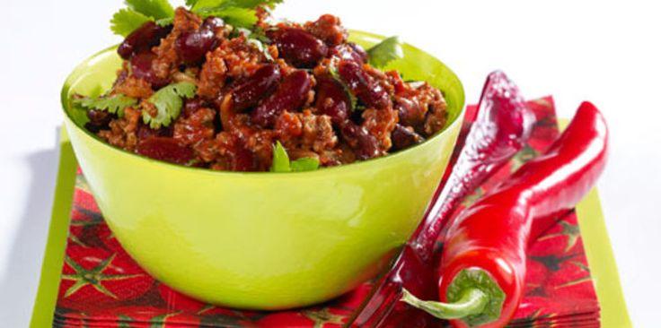 Chili express Etapes de préparation  1 Chauffez l'huile dans une sauteuse. Faites fondre les oignons pelés et émincés 2 min à feu doux. Ajoutez le steak haché et mélangez 3 à 4 min sur feu vif. 2 Ajoutez le mélange d'épices et le piment épépiné et émincé. Remuez 1 min. Versez la pulpe de tomates. Salez, poivrez. Couvrez et faites cuire 15 min à feu doux. 3 Rincez et égouttez les haricots rouges. Ajoutez-les dans la sauteuse, mélangez. Poursuivez la cuisson 10 min sans couvrir. 4 Servez le…