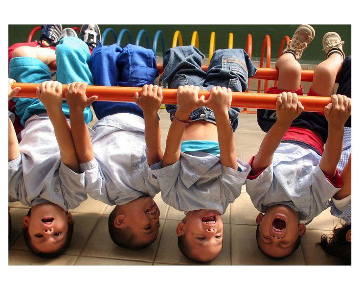 si un niño es feliz, puede contagiarlo al resto de sus compañeros y hacer que todos sean felices