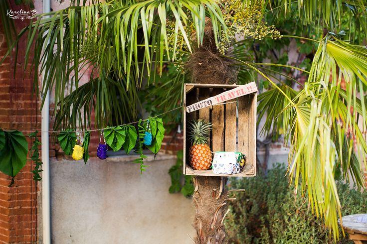 Mariage tropical à Toulouse / Décoration photobooth tropical, ananas / Photo: Karolina B. / Organisation & Décoration: Joli coup de pouce / Lieu: Domaine du Beyssac