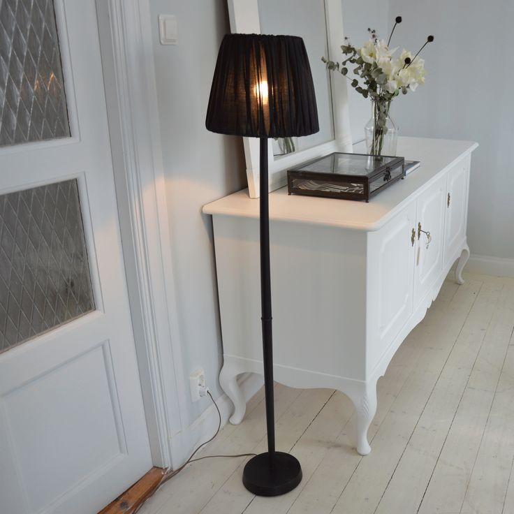 Stilren golvlampa med skärm