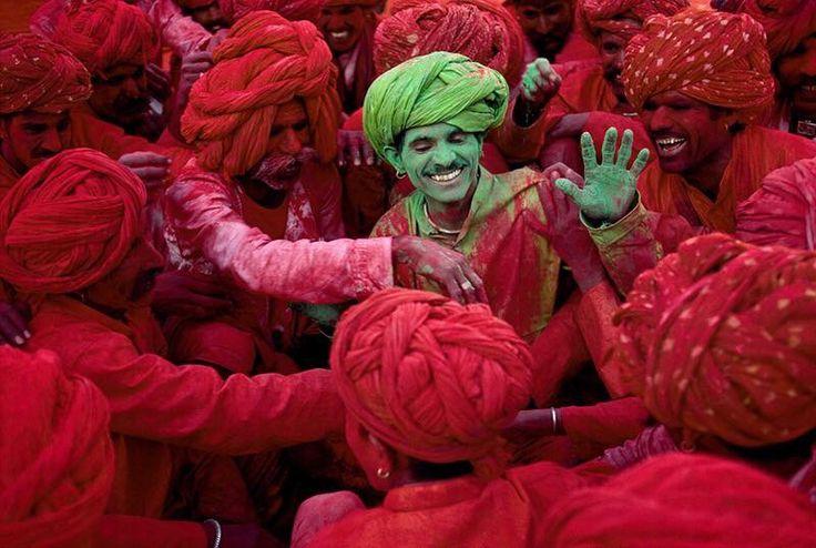 #HoliFestival festival dei colori delle #anime Famoso in tutto il mondo, il Festival di Holi è una delle più antiche feste indù durante la stagione primaverile, con adulti e bambini che partecipano alla celebrazione.  A seconda della regione, è indicato anche come Holaka, Phagwa, Dhulheti, Dhulandi o Dhulendi. La tradizione Holika Dahan è l'accensione di un falò che celebra la vittoria del bene sul male.   Conosciuta come la festa della gioia, della felicità e del divertimento in tutta…