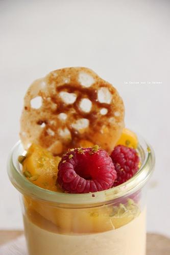 VERRINE SOLEIL mousse d'abricot au mascarpone, duo d'abricots & framboises, tuile de caramel