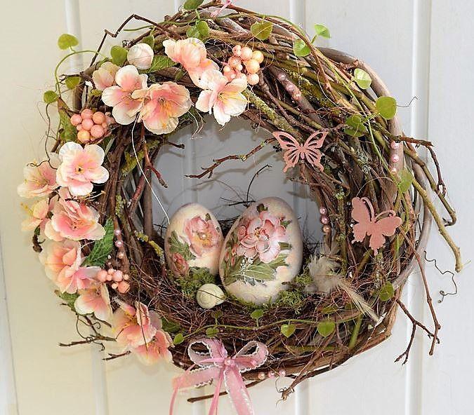 Weidenkranz dekoriert mit einem Kirschlütenast,Perlen,Schleife,Ästen und Schnecken.In der Mitte habe ich zwei Eier mit Blütenmotiv beklebt, und in einem Nest dekoriert.Ostern kann kommen:) Kranz...