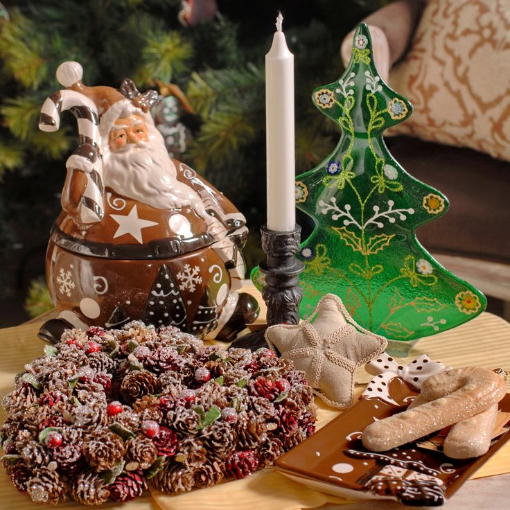 By the fire, just you and me, smiling at our dear Christmas-tree! Over there! A brown detailed Christmas-ceramic-box representing the most exquisite Santa Claus I've seen! Those details left me speechless the moment I've seen the beauty these unique objects hide within them.