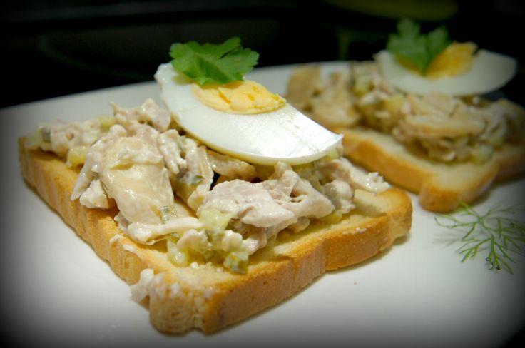 бутерброд с шампиньонами, курицей и огурцом
