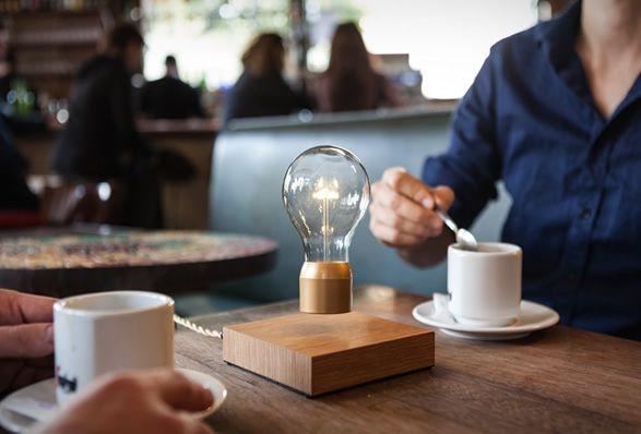 Flyte é uma luz que paira por levitação magnética e é alimentada através do ar!A lâmpada de LED desafia a gravidade, flutuando acima de uma base de madeira e com…