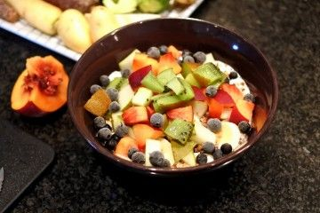 Frukostskål med fil, müsli och färsk frukt.