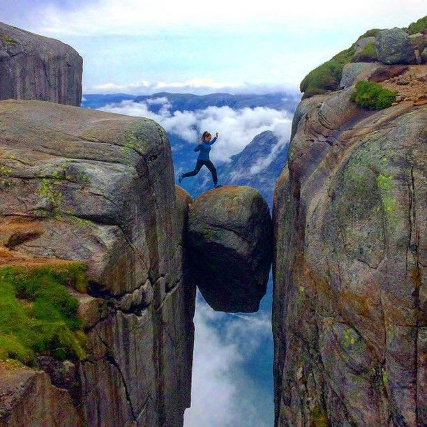 Petite balade relaxe...  Le Kjeragbolten est un bloc erratique coincé entre deux parois sur le mont Kjerag en Norvège.  Photo: @martheamalieb  #voyagevoyage #voyage #blogvoyage #paysage #instatravel #norvege #Kjeragbolten