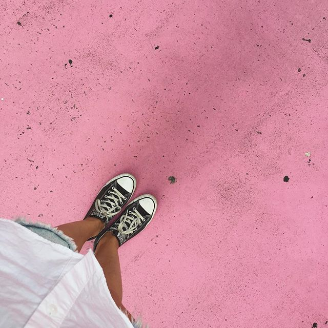 Protoze nedele jsou urcene na prochazky a ruzova se musi vyfotit.  http://ejnets.blogspot.com #lisboa #lisbon #lisabon #ourlifeinlisboa  #wanderer #portugal #czechblogger #travel #dnescestujem #beauty #love #travelcouple #travelpassion #wanderlust #memoriesbeforestuff #feelitdoit #fromwhereistand #pink #sunday #nedele #converse