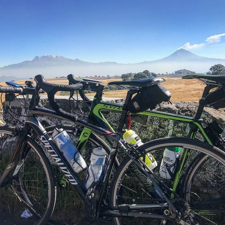 What a view of the volcanoes! 2700 metres above sea level.  #popocatepetl #iztaccihuatl #mexico #laloma #sunday #cycling #granfondo #climbing #cyclingclub #friends