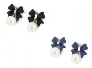 Descripción: pendientes con diseño de lazo en metal texturizado con perla de imitación, y cierre de tuercas por la parte trasera. Disponible en os colores: negro y azul marino.  Temporada: otoño – primavera.