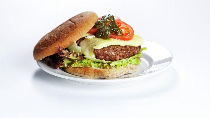 Burger med brie, pesto og tomat - Kos - Oppskrifter - MatPrat