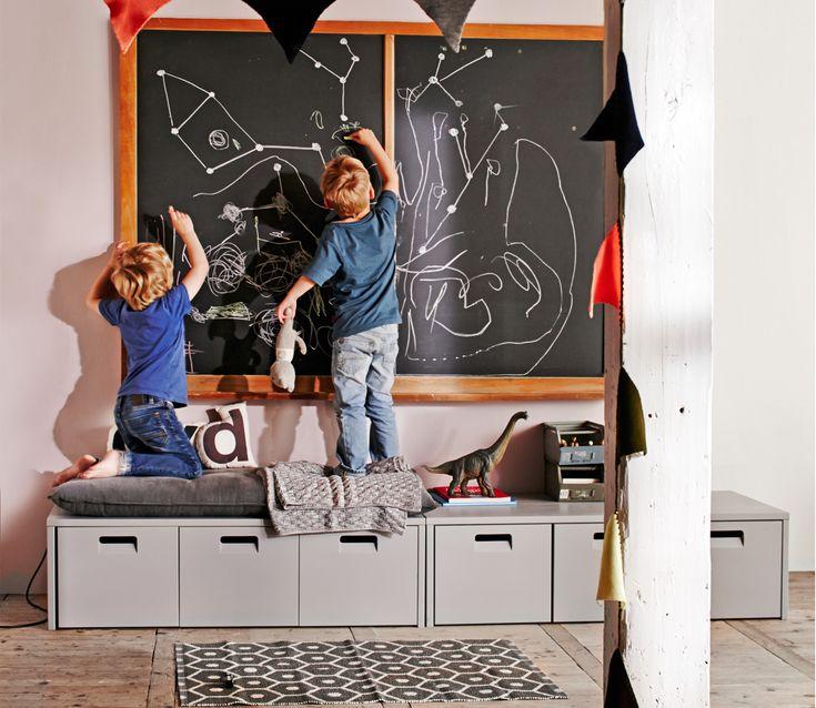De VTwonen junior opbergbank Store grijs is ideaal om heel veel op te bergen. De opbergbank herbergt drie flinke kisten op onzichtbare wieltjes. Dus dat is zitten, staan, spelen èn opbergen in één meubel. Maak er een comfortabele zitplek van met het bijpassende VT wonen Store kussen.