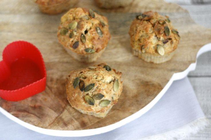 Hart-ige kaasmuffins: muffins in de vorm van een hartje met de heerlijke combi van kaas, pompoenpitten en rode ui! #recept #hartig
