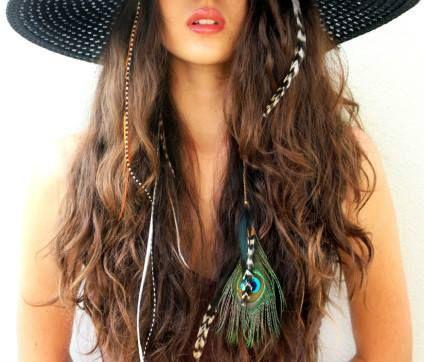 Saç Tüyü ve Saç İpi – Hair Wraps   Bohem tarzı ağırlıklı bir yaz geçirdiğimiz için bu yaz oldukça renkli ve orjinal gerçekten. Kumaşlarda çiçek desenleri, rengarenk takılar, dökümlü ve bol kıyafetler… Bu akımın saçlardaki en büyük örneği hair wraps ve saç tüyü.   #TrendCats #trendcatscom #hairwarps #saçtüyü #güzellik