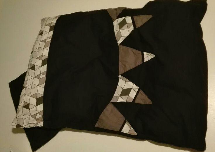 Baby sengetøj,  syet af sort bomuld fra Ikea, med rester af stof fra projekt baby no 1. Vimbler påsyet som patchwork og stof i toppen so forlængelse mellem de 2 sorte stykker. Bund er foldet op i begge sider, så dyne holdes inde deri.